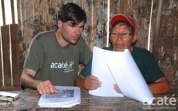 Chris Herndon (esquerda) e o xamã Arturo (direita), observam um rascunho da nova enciclopédia. Foto: Acaté
