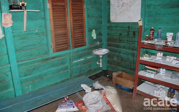 Clínica em aldeia Matsés. Os Matsés usam tanto a medicina tradicional como a ocidental, mas suprir e manter as clínicas remotas é difícil. Foto: Acaté