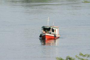 Canoa navegando por rio da Amazônia