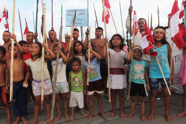 Fines de octubre. Niños se unen a la multitud coreando lemas mientras que reciben a los visitantes en el sitio de la protesta que ha estado en marcha desde hace casi dos meses en Saramurillo. Foto: Copyright © Barbara Fraser.