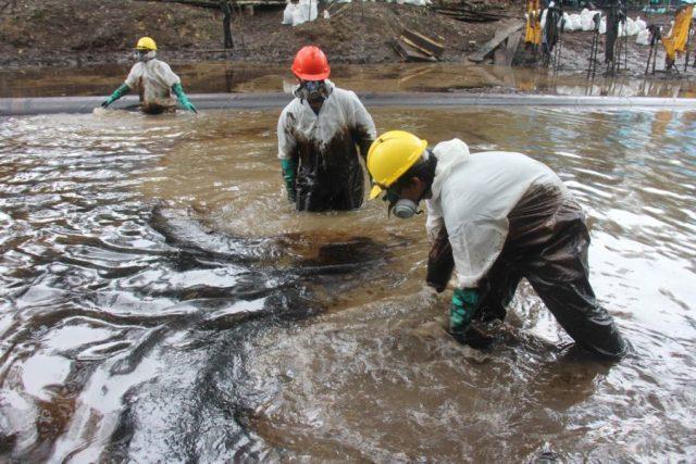 Trabajadores limpian uno de los dos vertimientos de petróleo ocurridos en agosto a lo largo del Oleoducto Norperuano, en la comunidad de Nueva Alianza. Foto: Copyright © Barbara Fraser.