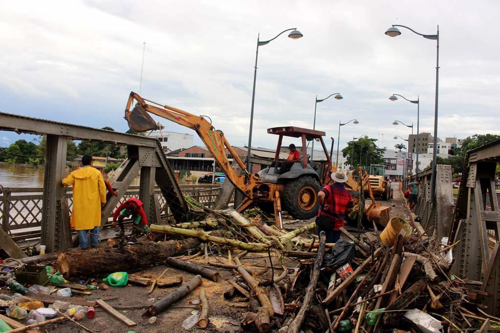 Restos de árvores e lama após cheia histórica de 2015 no Acre