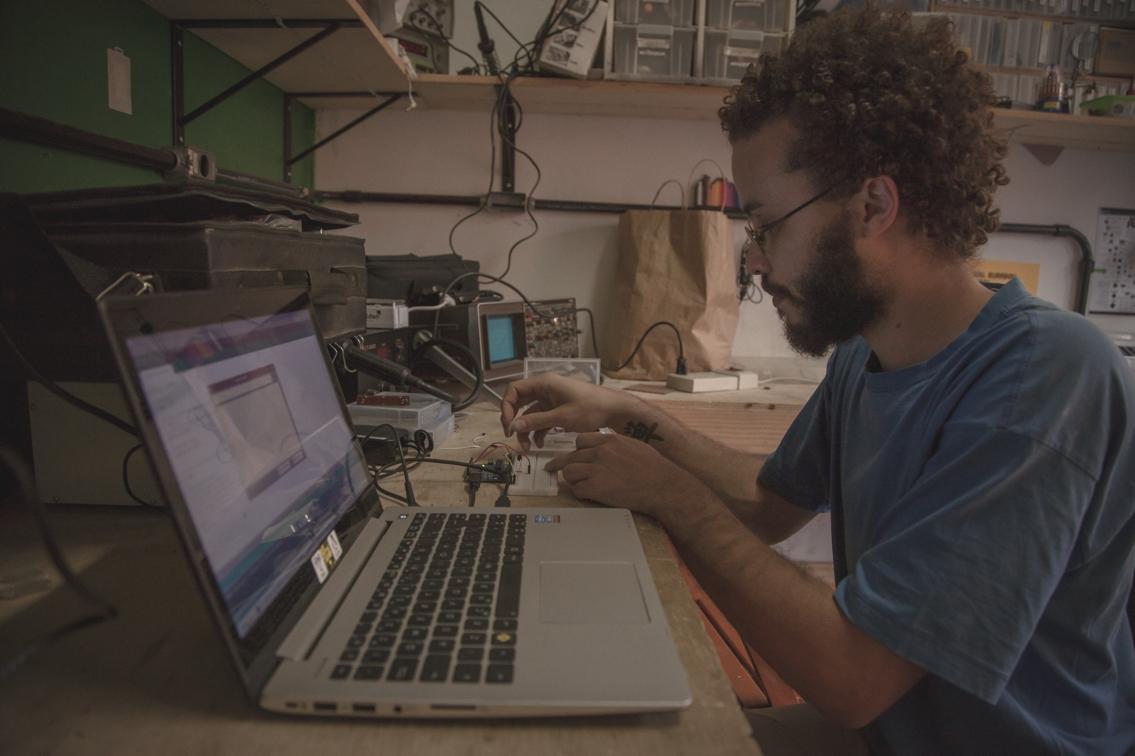 Ricardo Guima, desenvolvedor de sensores do projeto Rede InfoAmazonia, coordenou a trilha sobre hardware livre