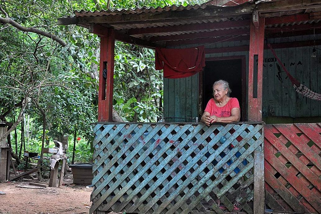 Raimunda Nascimento na varanda de sua casa, em Rio Branco, no Acre. Foto: Maria Emília Coelho