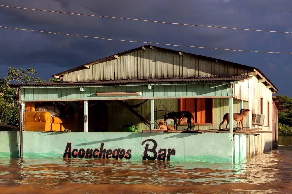 Bar alagado em cheia histórica de 2015 no Acre